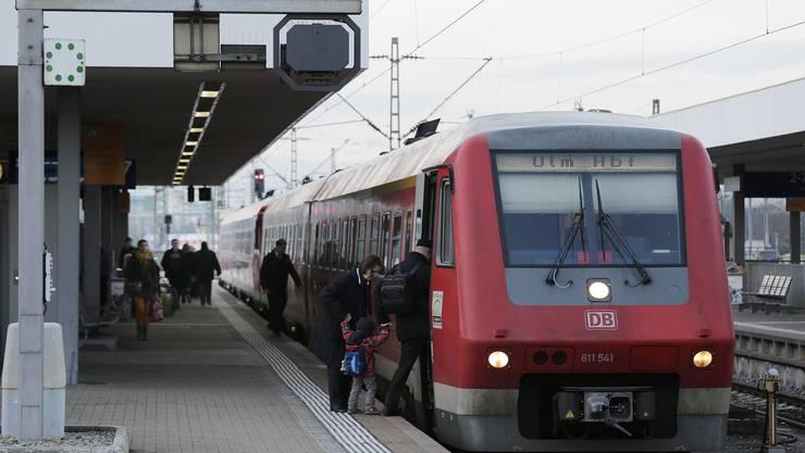Zug mit Diesellokomotive nach Schaffhausen und Ulm vor der Abfahrt im Badischen Bahnhof.