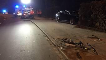 Im Bereich einer Rechtskurve geriet das Auto auf die Gegenfahrbahn und kollidierte mit dem Velofahrer.