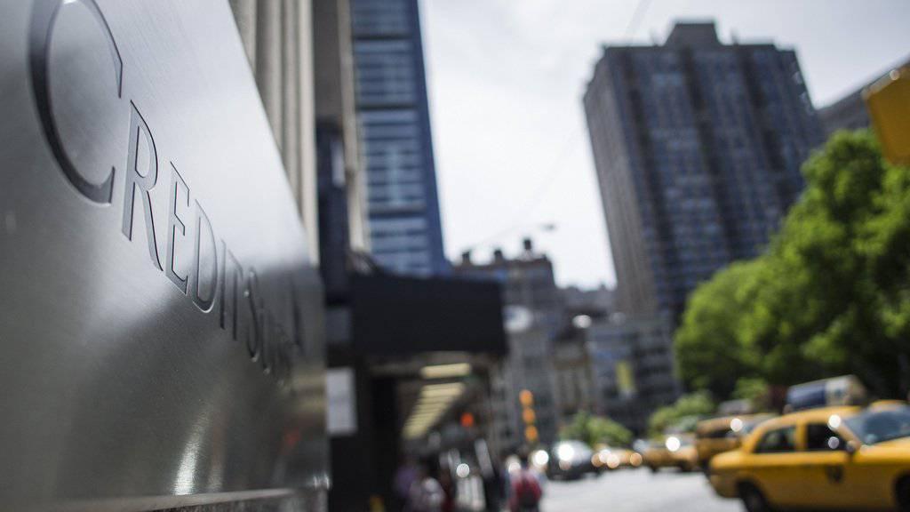 Eine Filiale der Credit Suisse in New York. Die Schweizer Grossbank soll Kundenberatern 300 Millionen Dollar an Lohn vorenthalten haben. (Archiv)