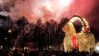 Noch steht er, der Gävlebocken in der schwedischen Stadt Gävle. Obwohl es verboten ist, wird der Bock aus Stroh fast jedes Jahr angezündet. P. Wahlman/KEY