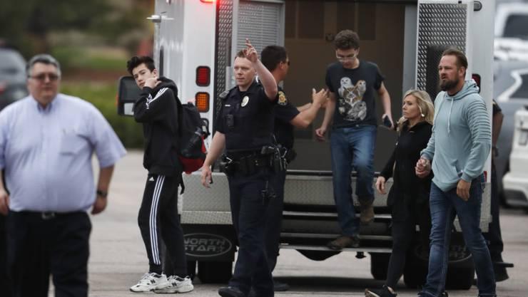 Zwei Angreifer haben am Dienstag an einer Schule südlich von Denver im US-Bundesstaat Colorado das Feuer eröffnet und dabei mindestens einen Schüler getötet.