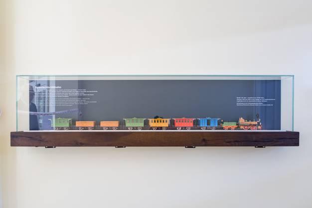 Die Vitrine des Modells ist jetzt gut gesichert. Schönes Detail: Sie steht auf einer historischen Eisenbahnschwelle.