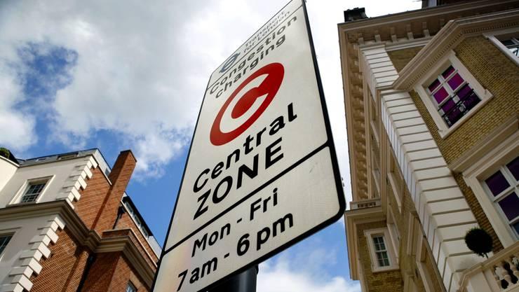 Verkehrstafel, die im Quartier Westminster, London, den Beginn des abgabepflichtigen Stadtzentrums markiert.
