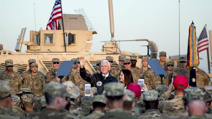 US-Vizepräsident Mike Pence spricht zu US-Soldaten am Flughafen von Erbil, der Hauptstadt der kurdischen Autonomiegebiete im Nordirak.
