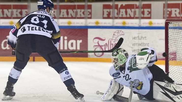 Eero Elo bezwingt im Cup-Duell EHC-Olten-Goalie Simon Rytz.