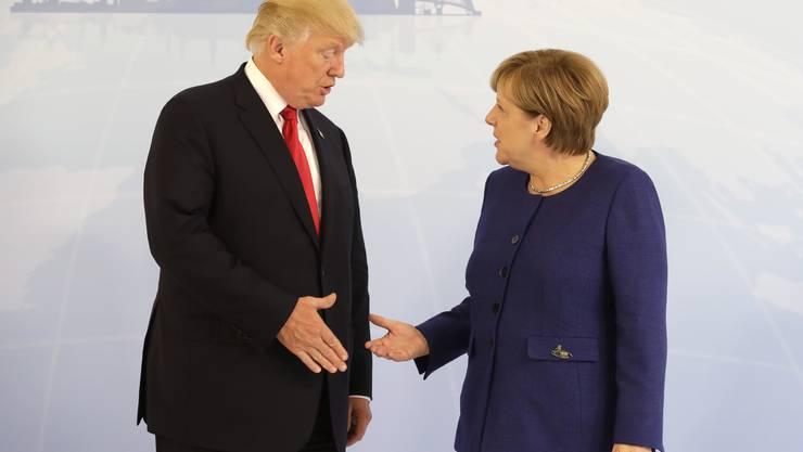 Trump teilt aus und schiesst in Richtung Merkel.