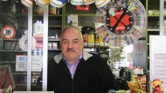 Roland Schmid wird schon bald seinen Vorstadt-Kiosk für immer verlassen.