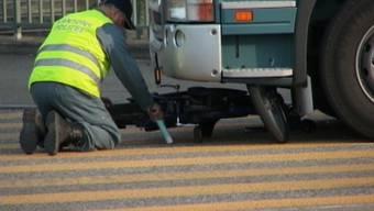 Mofafahrer von Lastwagen überrollt