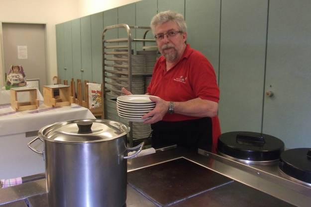 Vereinspräsident Walter Jost im Einsatz in der Küche