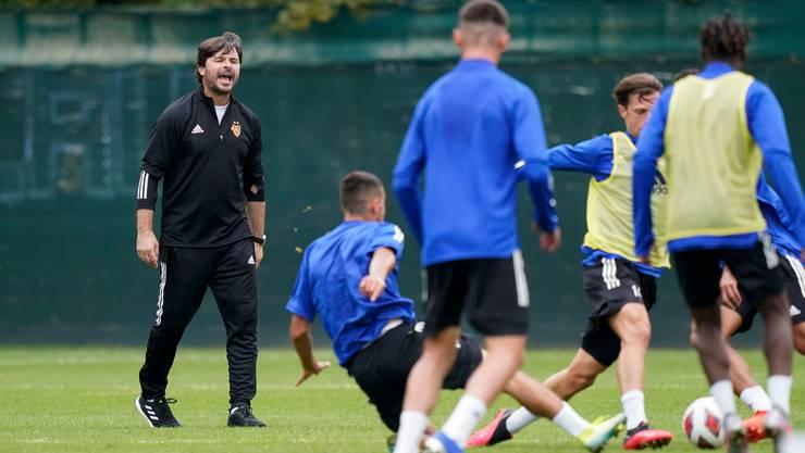 Ciriaco Sforza dirigiert seine Spieler bei seinem ersten Training beim FC Basel lautstark. Mit ihm soll der angeschlagene Verein wieder eine Einheit werden.