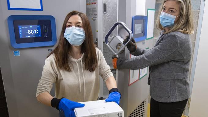 Der Impfstoff von Pfizer/Biontech, der stark gekühlt werden muss, trifft derzeit verzögert ein. Das stellt die Kantone  vor Probleme.