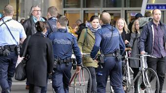 Nach den Anschlägen patroulliert die Kantonspolizei Zürich verstärkt an neuralgischen Punkten - zum Beispiel im Hauptbahnhof Zürich.