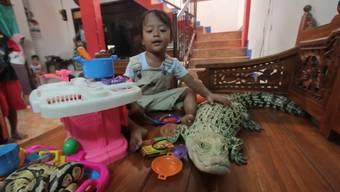 Baden, streicheln, am Schwanz über den Boden ziehen: Krokodil Ndut lässt sich von Rani so einiges gefallen.