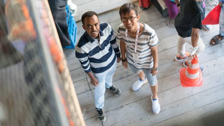 Mohamed Naseri (r.) aus Afghanistan und Ghirmay Habte aus Eritrea besuchen nicht nur zusammen die Badenfahrt, sondern helfen im «Nour – Kafi Royal» im Service mit.