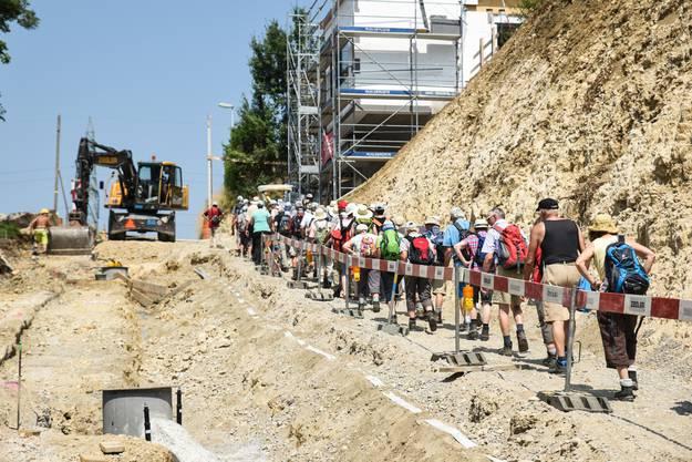 Leserwanderer passieren eine Baustelle in Schupfart