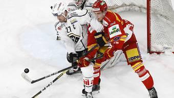 Fight vor Luganos Goalie Sandro Zurkirchen: der Bieler Mike Künzle gegen den Luganesen Alessandro Chiesa
