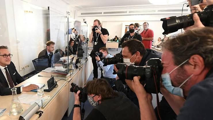 Heinz-Christian Strache (l), ehemaliger FPÖ-Parteivorsitzender und Vizekanzler von Österreich, vor dem Untersuchungsausschusses zur Ibiza-Affäre im Ausweichquartier des österreichischen Parlaments in der Hofburg. Foto: Helmut Fohringer/APA/dpa
