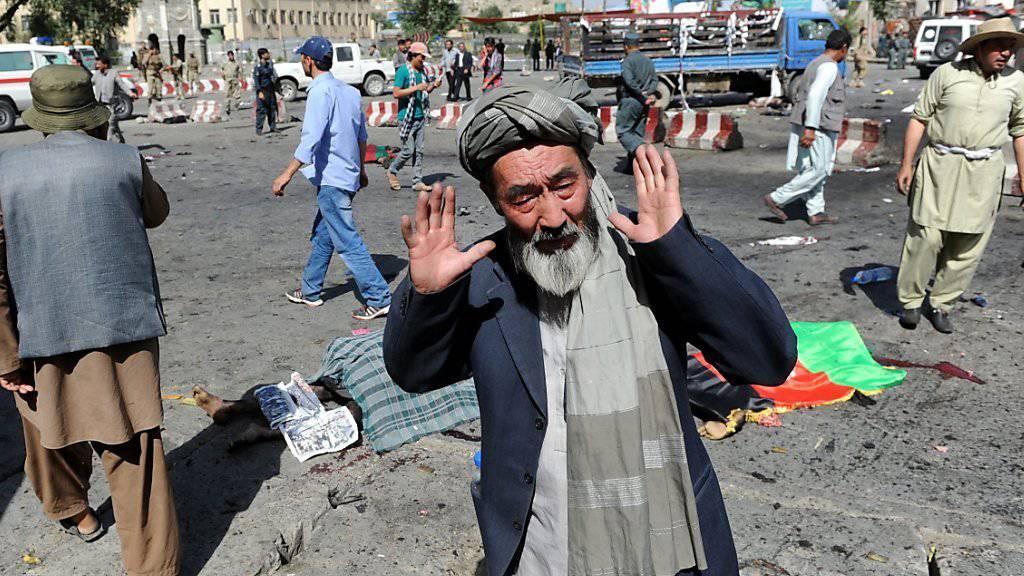 ein Mann zeigt seine Verzweiflung nach dem Selbstmordattentat mit mindestens 20 Toten in Kabul.