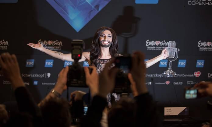 Conchita Wurst nach ihrem Sieg vor den Medien.