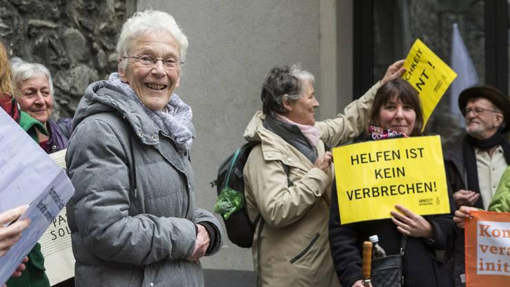 Anni Lanz erfuhr vor dem Prozess in Brig am 6. Dezember 2018 viel Solidarität.