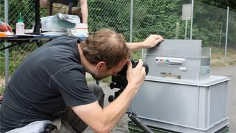 Forschungsleiter David Bittner, Bereich Fischerei beim Kanton, fotografiert einen Fisch und hält dessen äusserlichen Merkmale fest. Ruth Steiner