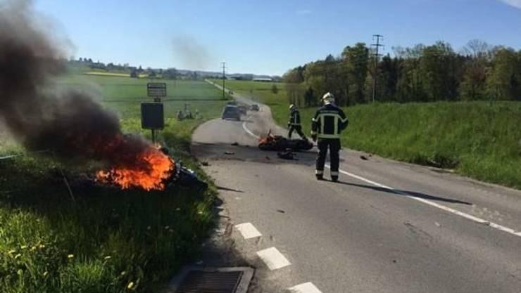 Wie die beiden Motorräder in Brand gerieten, ist noch unklar.