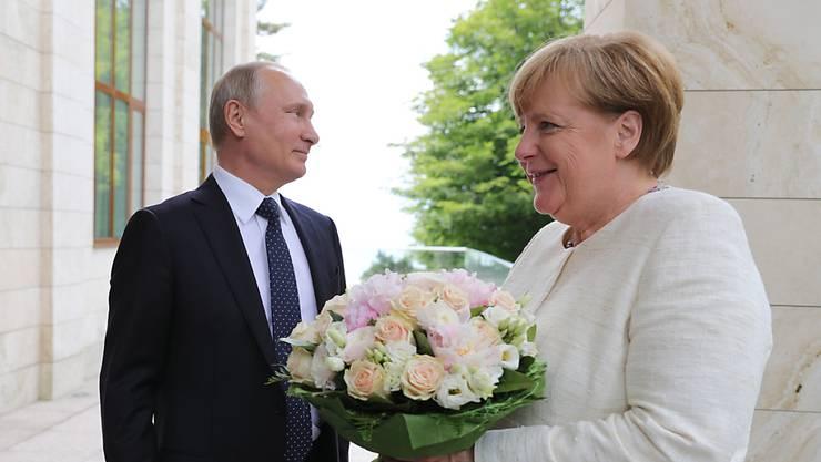 Der russische Präsident Wladimir Putin trifft am heutigen Samstag die deutsche Kanzlerin Angela Merkel, um über die Konflikte der Welt zu diskutieren. (Archivbild)
