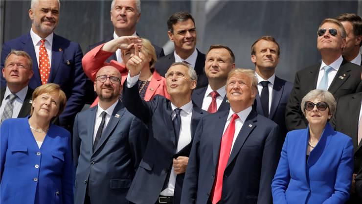 Theresa May (rechts unten) hat vorgesorgt, der Rest kneift die Augen zu: Beim Nato-Gipfel in Brüssel gab es einiges zu bestaunen. Markus Schreiber/AP/Keystone