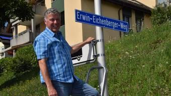 Der Oberlunkhofer Gemeindeschreiber Erwin Eichenberger enthüllt die Tafel seines Fussweges.