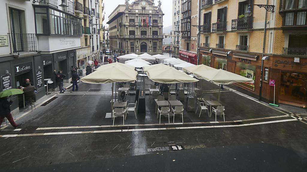 Blick auf den Rathausplatz in Pamplona, wo normalerweise das «Sanfermines»-Fest beginnt. Das traditionsreiche spanische Fest mit den weltberühmten Stierrennen fällt auch dieses Jahr wegen der Corona-Pandemie aus. Foto: Eduardo Sanz/EUROPA PRESS/dpa