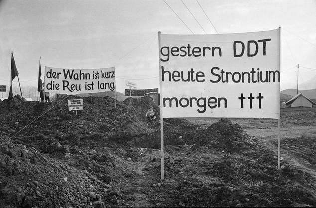 Transparente auf dem seit dem besetzten Baugelände des geplanten AKW Kaiseraugst, aufgenommen am 1. April 1975.
