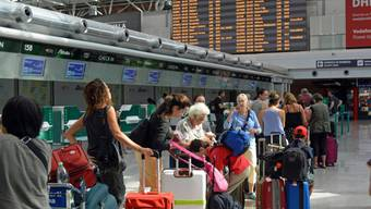 Zahlreiche Passagiere mussten am Mittwochnachmittag am Römer Flughafen warten: Ein Waldbrand behinderte zeitweise Starts und Landungen. (Archiv)