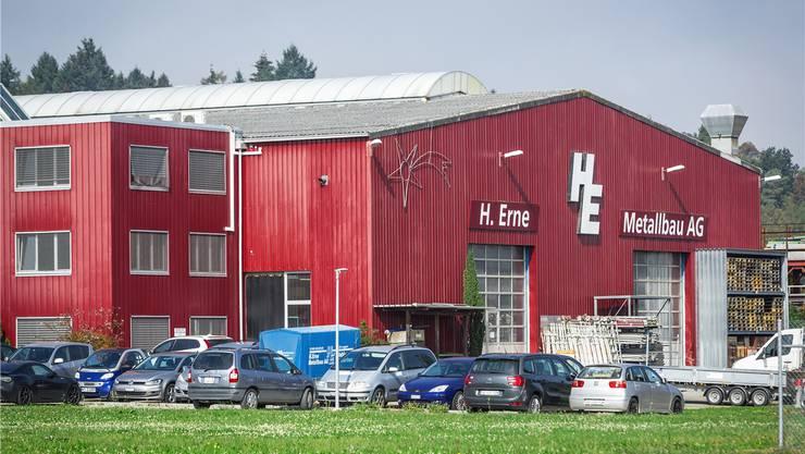 Noch befinden sich Firmenfahrzeuge, Maschinen und Waren auf der Liegenschaft der konkursiten H. Erne Metallbau AG – ab Freitag ändert sich das.