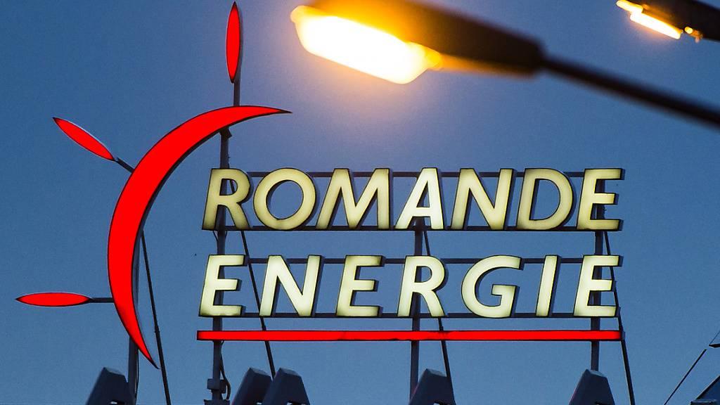 Die Energiegesellschaft Romande Energie hat im ersten Halbjahr trotz Corona mehr Umsatz und einen höheren Gewinn erzielt. Grund dafür war aber auch der Verkauf eines Grundstücks.(Archivbild)
