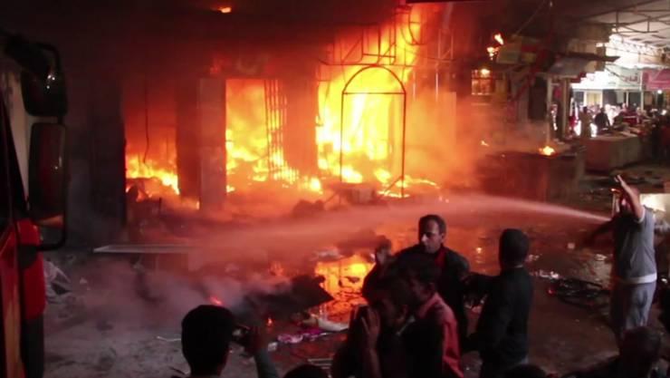 Ein Markt im Osten der IS-Hochburg Mossul steht in Flammen: Die Offensive zur Rückeroberung der irakischen Stadt trifft auch Zivilisten.
