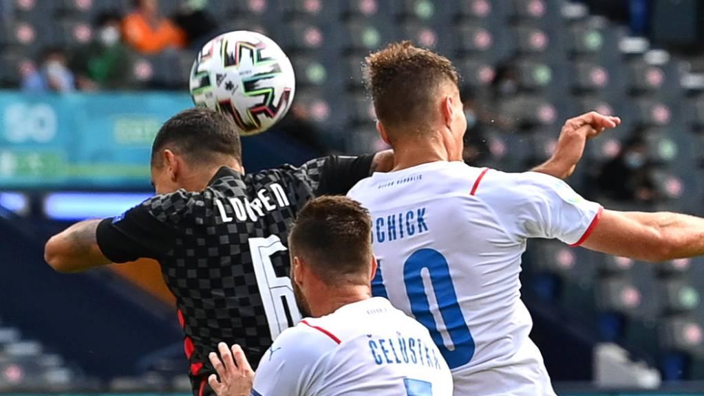 Kampf um Zentimeter: Der Kroate Dejan Lovren (links) gegen Patrik Schick (rechts). Diese Aktion des Kroaten führte zum Foulpenalty für Tschechien.
