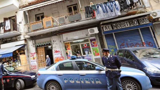Die Polizei durchsucht ein Haus in Neapel (Archiv)