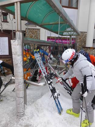 Bevor die Ski versorgt werden, wird der Schnee mit Luftdruckpistolen entfernt.