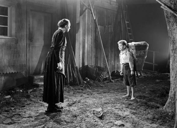 Matthias und seine öfter vom Teufel besessene Tante (Röbi Rapp und Walburga Gmuer).