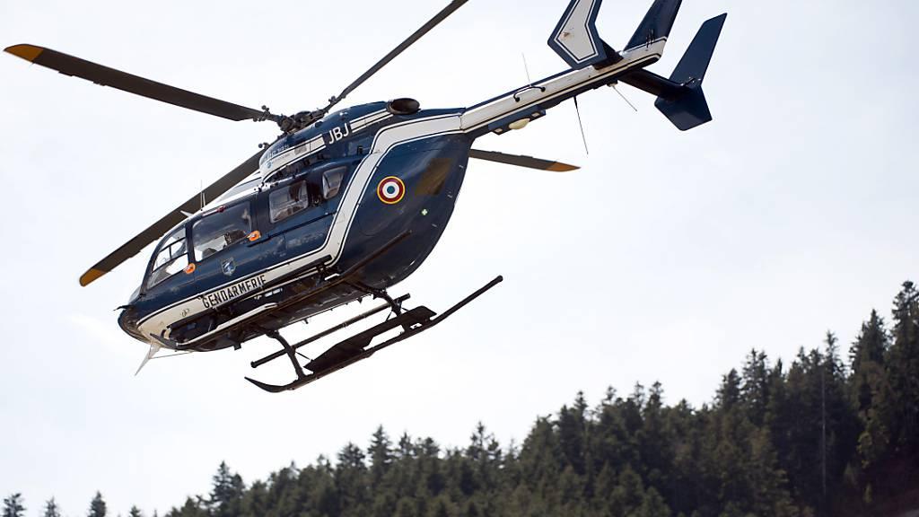 ARCHIV - Ein Hubschrauber der Gendarmerie fliegt am 29.03.2015 in Seyne Les Alpes, Frankreich, über einen Sportflughafen. Foto: picture alliance / dpa