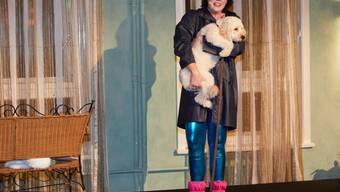 Die Bestsellerautorin Ildikó von Kürthy steht am 16. Dezember 2017 in Hamburg nach einer Show im Rahmen der Buchpräsentation mit ihrer Mini-Goldendoodle-Hündin Hilde in den Armen auf der Bühne. (Archiv)