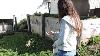 Marion Hoffmann beim Füttern ihrer Hühner auf dem Heart-Hof: Gemäss einem Beitrag in der Zeitschrift des VgT soll sie ihre Tierstation nicht artgerecht führen.