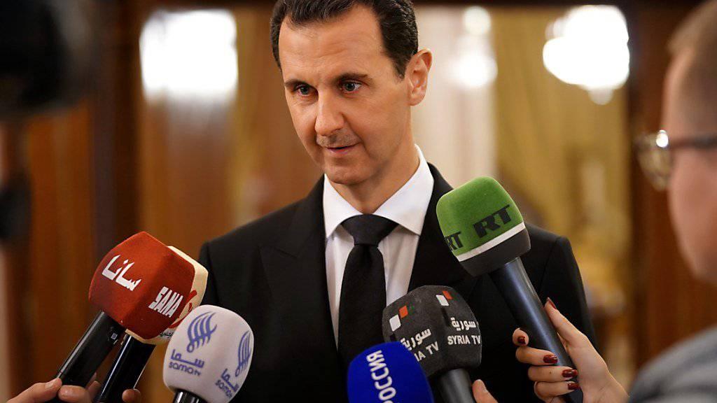 Syriens Machthaber Baschar al-Assad stellt der Öffentlichkeit gemeinsame Projekte mit Russland vor, um das kriegszerstörte Syrien wieder aufzubauen.
