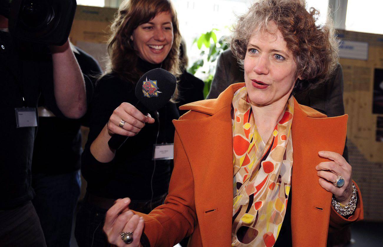 Die frischgebackene und erste Zürcher Stadtpräsidentin Corine Mauch wird nach ihrem Wahlsieg am Sonntag, 29. März 2009 gefeiert. (© Keystone)