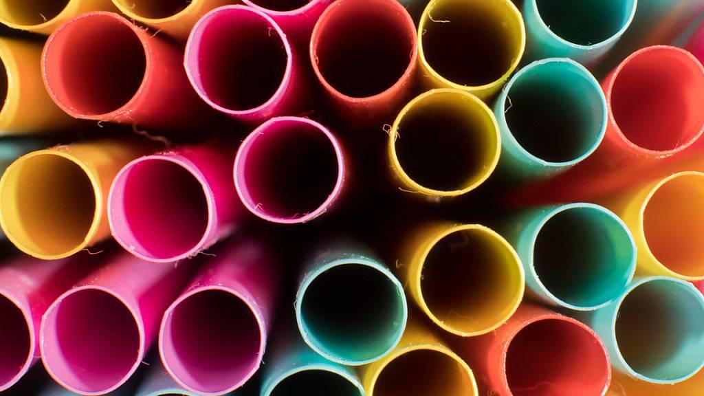 Trinkhalme und andere Wegwerfprodukte aus Kunststoff sollen in Europa künftig verboten werden. Das entschied das EU-Parlament. (Themenbild)