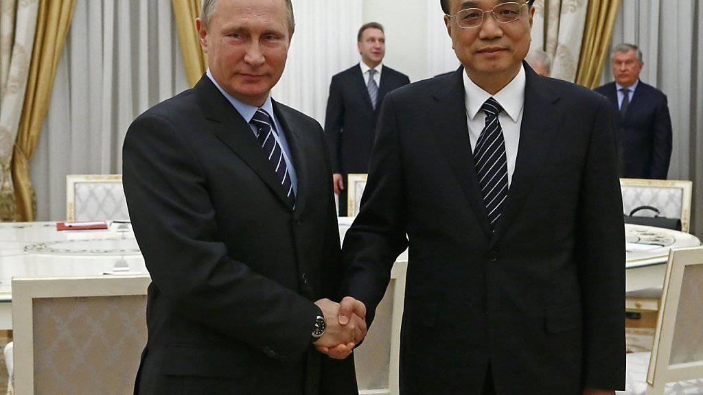 Präsident Putin mit dem chinesischen Premier Li (rechts) am Dienstag im Kreml in Moskau.