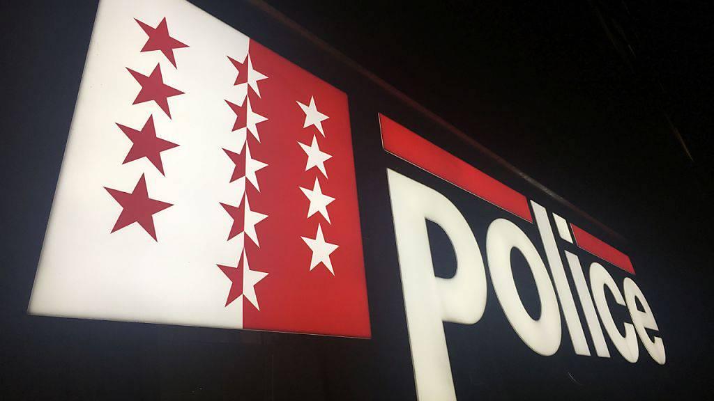 Die Kantonspolizei hat einen mutmasslichen geständigen Täter nach zwei Raubüberfällen im August in der Innenstadt von Sitten inzwischen verhaftet.