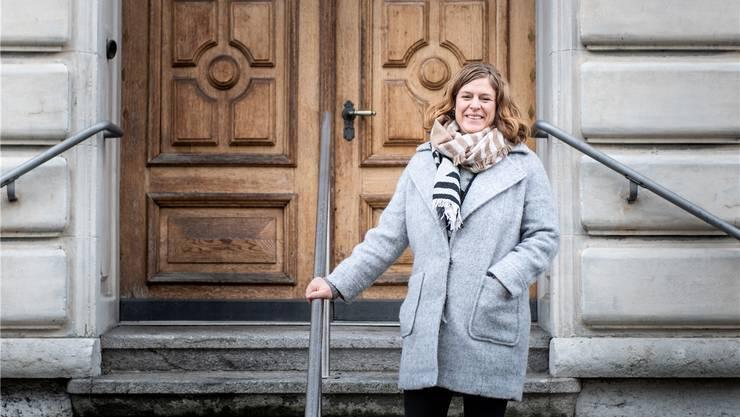 Derendingens Integrationsbeauftragte Michèle Anthony auf der Treppe der Gemeindeverwaltung.