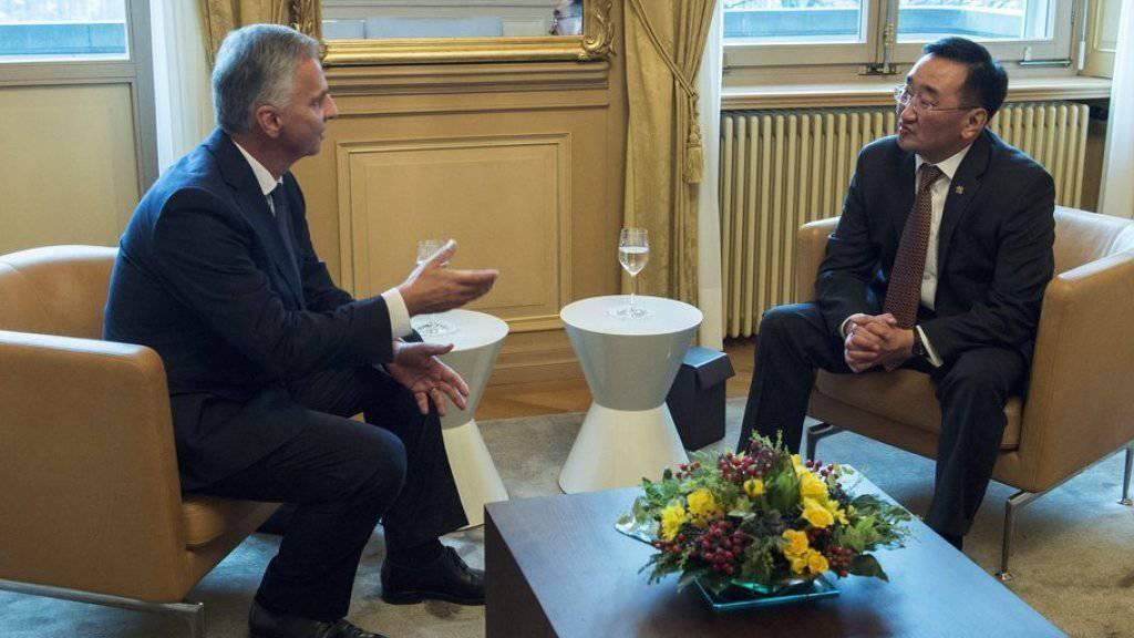 Didier Burkhalter (links) und Lundeg Purevsuren am Donnerstag im Gespräch in Bern.