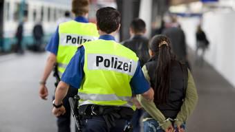 Beim nächtlichen Einsatz in Baden konnte die Polizei einen der Täter festenehmen (Symbolbild)